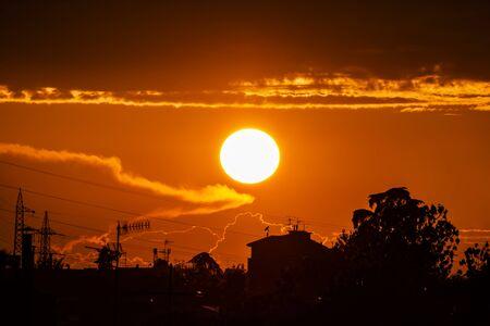Geweldige rode bloedige zonsondergang door de wolken.