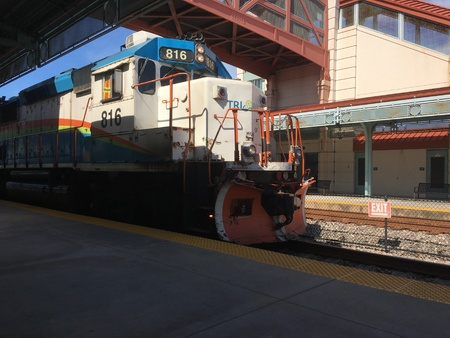 TriRail training engine pulling into Boynton Beach station Редакционное