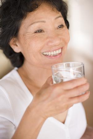 detoxing: Woman drinking water LANG_EVOIMAGES