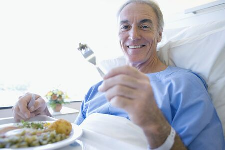 produits alimentaires: Senior patient eating a hospital meal LANG_EVOIMAGES