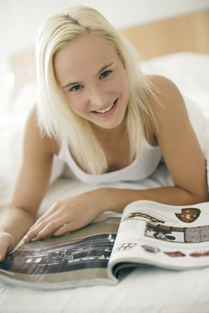 flicking: Woman looking at a magazine LANG_EVOIMAGES