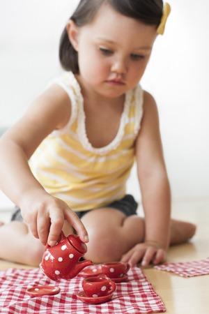 Toddler playing LANG_EVOIMAGES