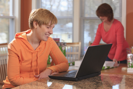 cerebral palsy: Woman with Cerebral Palsy using laptop LANG_EVOIMAGES