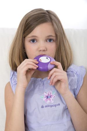 diskus: Girl using asthma medication