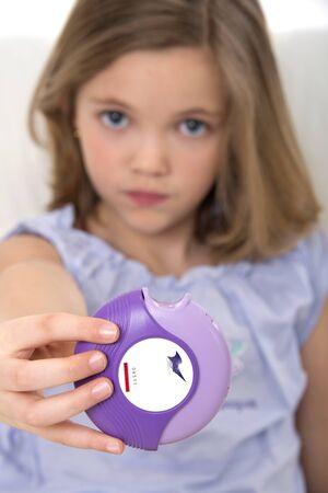 diskus: Girl holding asthma medication LANG_EVOIMAGES