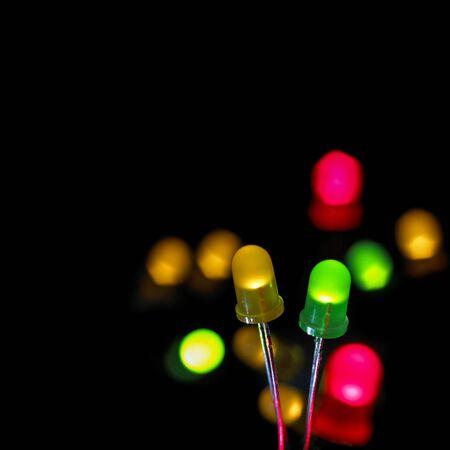 leds: Coloridos diodos emisores de luz (LED) contra un fondo negro