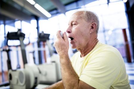 Senior man using inhaler LANG_EVOIMAGES