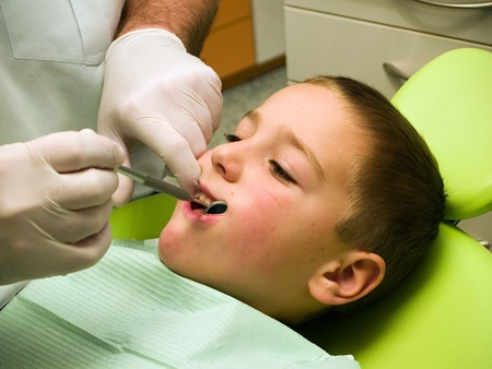 anesth�sie: Preschool boy on dental prevention examination Banque d'images