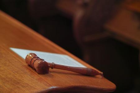 oracion: Juez. martillo árbitro en un escritorio Foto de archivo