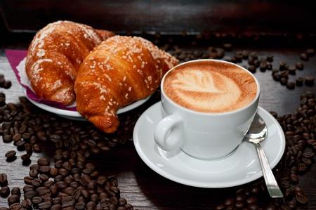 カプチーノ、クロワッサンとコーヒー豆