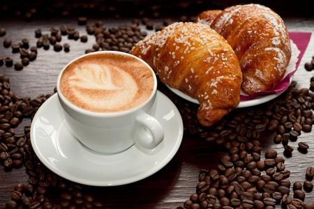 cappuccino: Cappuccino et croissant avec les grains de caf�
