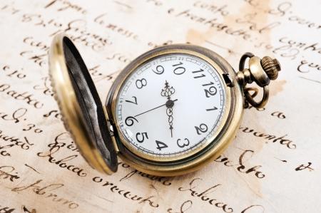 cronógrafo: Reloj de bolsillo de la vendimia sobre el manuscrito