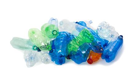 botellas de plástico triturados sobre un fondo blanco Foto de archivo