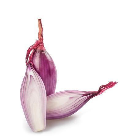 onions: Cebolla roja en rodajas aisladas en blanco