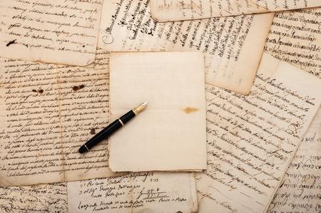 Vulpen op antieke brieven en een leeg vel Stockfoto