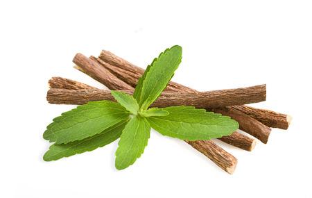 Wortels zoethout en stevia op wit wordt geïsoleerd Stockfoto