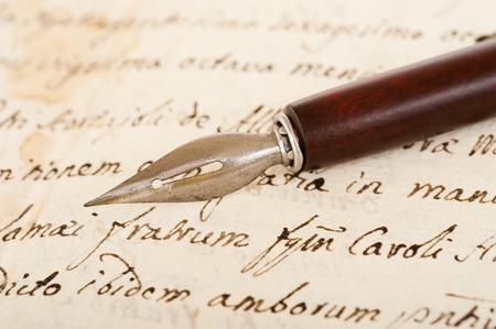 pluma de escribir antigua: antigua pluma de la inmersión de tinta aislado en fondo blanco