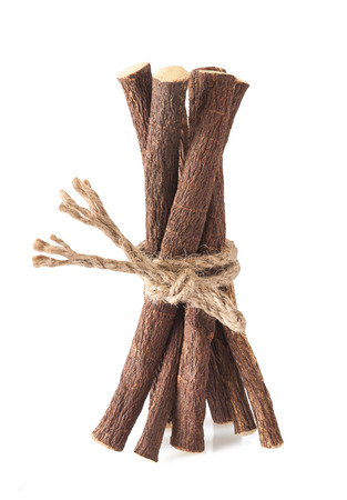 zoethout wortels met een touwtje op een witte achtergrond