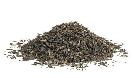 hojas secas: secado de té verde aislado en el fondo blanco Foto de archivo