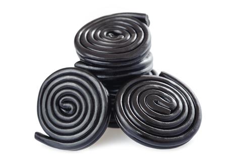 Lakritz Süßigkeiten und Räder isoliert auf weiß Standard-Bild - 81440623