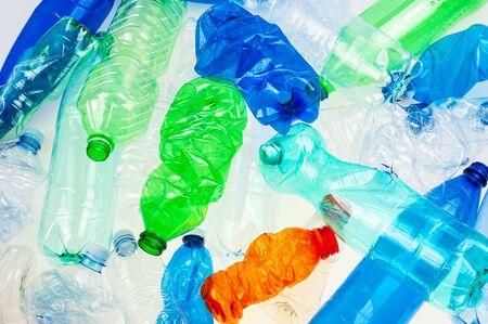 Fondo de botellas de plástico multicolor aplastado
