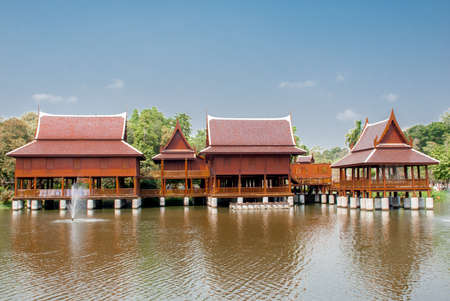 house with style: Thai house style along the River, Thailand