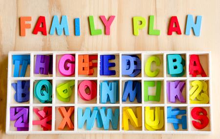 planificacion familiar: Texto de planificaci�n familiar con el bloque de texto de colores en el fondo de madera