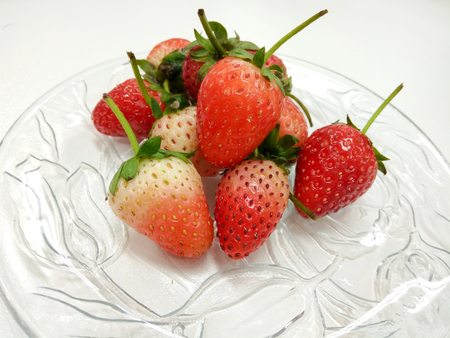 The closed up Bowl of strawberries top view 版權商用圖片 - 69576469