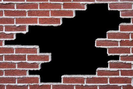 Apertura en una pared de ladrillos, sobre fondo negro.