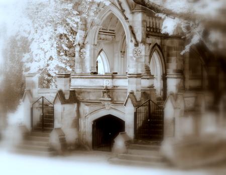 한적한 묘지 도로에 짜증나는 고딕 양식의 토굴 스톡 콘텐츠