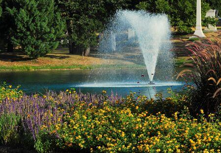 역사적인 봄 그루브 묘지 화려한 단풍과 연못 분수 스톡 콘텐츠
