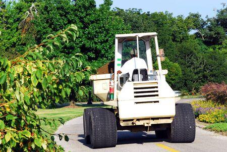 front loader: mantenimiento de conducci�n hombre cargador frontal en el cementerio  Foto de archivo