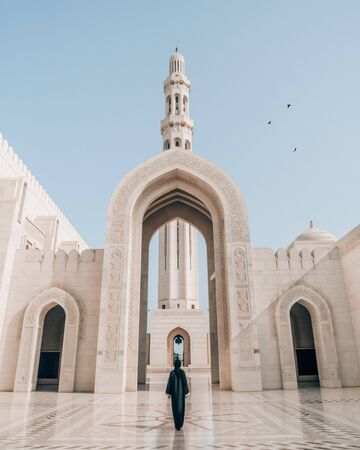 person standing in the middle of mosque Фото со стока