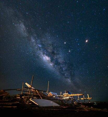 wrecked boat under stargazing phenomenon Banco de Imagens