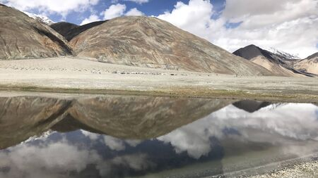 mountains next to a lake 版權商用圖片