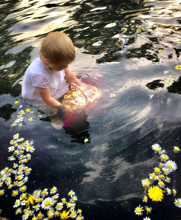 toddler playing on body of water Banque d'images - 132240304