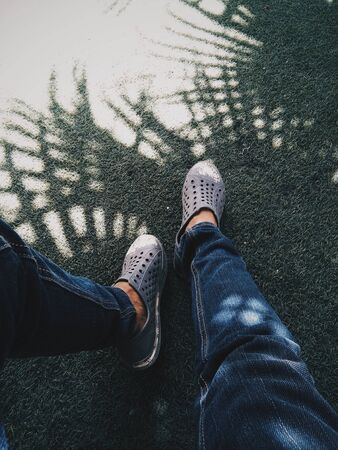 person wearing gray shoes 版權商用圖片 - 132239502