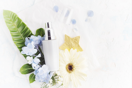 bode: Bright Flat lay moisturizing cream with tropical flowers. Healthy lifestyle, body care concept. Bright beauty product background