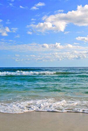 horizont: Sea waves on tropical beach