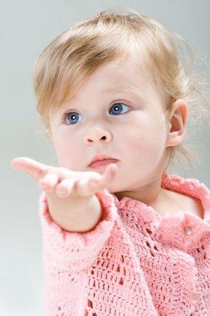 preguntando: Retrato de ni�a con la mano extendida Foto de archivo