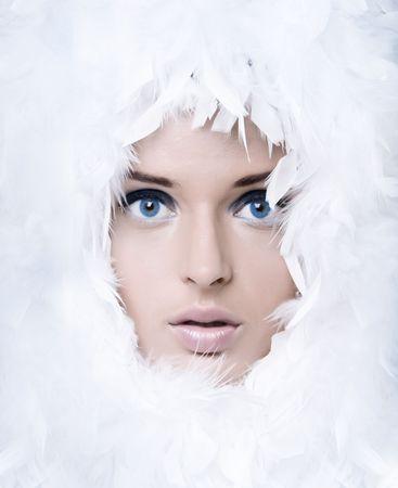 maquillaje de fantasia: Retrato de detalle de las plumas blancas de chica linda witk  Foto de archivo
