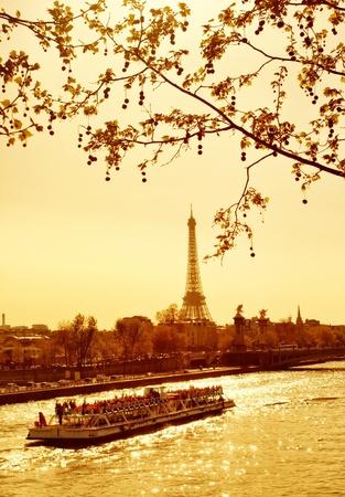 seine: Prachtige gouden zonsondergang in rivier de Seine, Parijs, Frankrijk