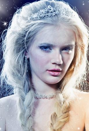 corona navidad: Retrato de la reina hermosa del invierno Foto de archivo