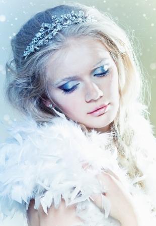 corona navidad: Reina de hielo hermosa con maquillaje de invierno