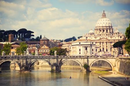 roma antigua: Vista de la Catedral de San Pedro y el puente de San �ngel, Roma, Italia