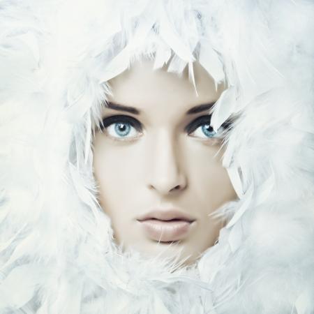 maquillaje de fantasia: Retrato de la hermosa chica con plumas blancas