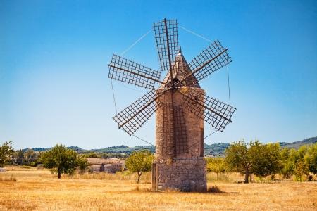 MOLINOS DE VIENTO: Molino medieval en Mallorca, Islas Baleares, España Foto de archivo