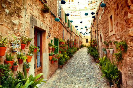 Street in Valldemossa village, Mallorca, Spain Standard-Bild