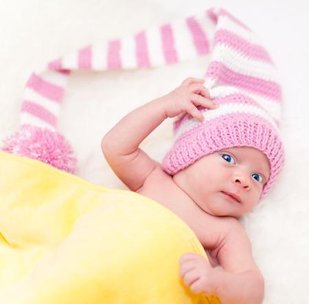 schöne augen: Schöne Neugeborenes Mädchen mit rosa Hut und blaue Augen Nahaufnahme Lizenzfreie Bilder