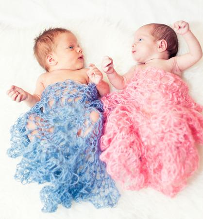 gemelos niÑo y niÑa: Mellizos recién nacido niño y niña Foto de archivo